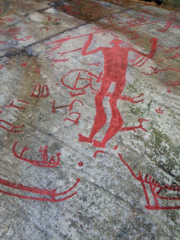 Гигантская фигура с копьем. Наскальный рельеф из Танума (Вестра-Гёталанд, Швеция), 1800-600 до н.э. (современная окраска в красный цвет)
